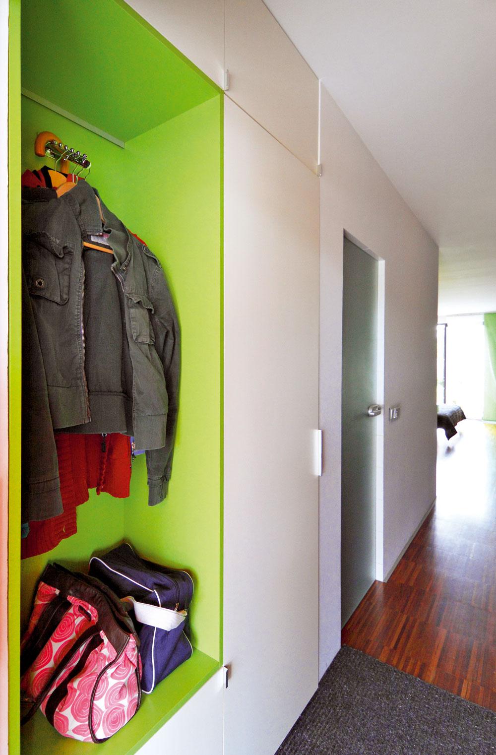 Súložnými systémami sa počítalo aj vpredsieni. Zelený výklenok ako súčasť integrovanej nábytkovej zostavy je ďalší zradu chytrých azároveň jednoduchých riešení.