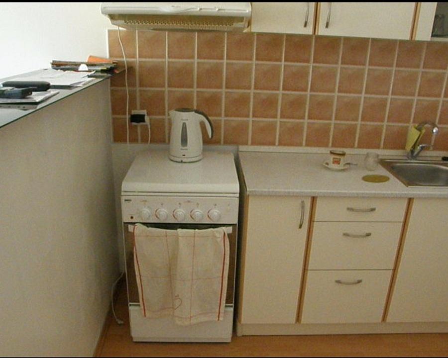 Predtým: Život jednej smutnej polpriečky. Pri variči zaprskaná, zamastená a špinavá vysielala SOS. Farebná stena dodá izbe nádych sviežosti, a najmä prekryje malé veľké nedostatky. (foto: Lucia Pristachová Hô-Chí)