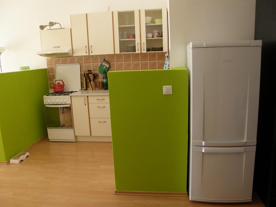 Potom (č. 1): Kuchynský priestor sa vďaka farbám príjemne zaplnil. Cieľom bola čo najjednoduchšia (a hlavne lacná) zmena. Vyšlo to. (foto: Lucia Pristachová Hô-Chí)