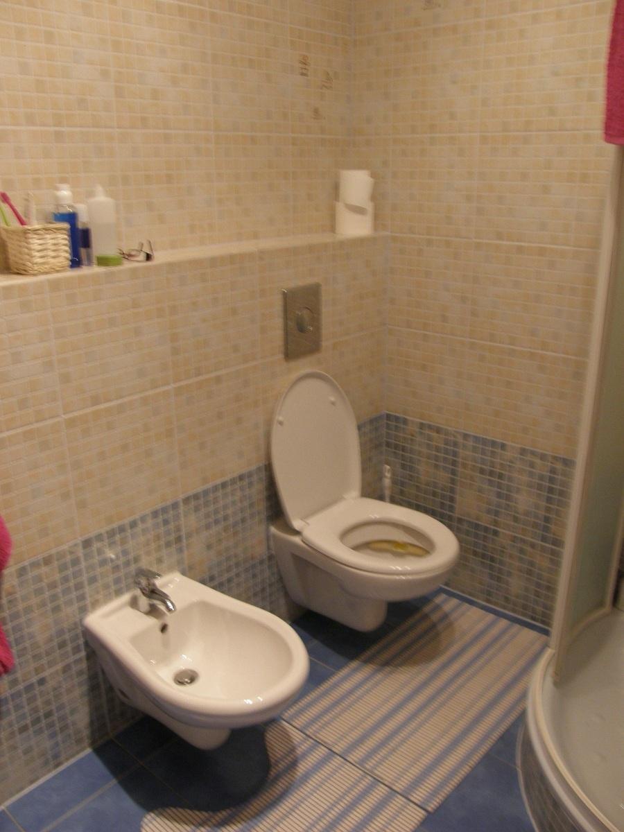 """Potom (č. 1): Usporiadané, ale stále rovnako strohé. Priestor kúpeľne bolo treba ešte čímsi """"osladiť"""". (foto: Lucia Pristachová Hô-Chí)"""
