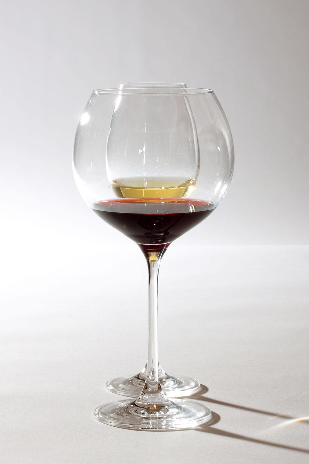 Poháre Cheers od firmy Leonardo. Objem pohára na červené víno 77 cl, cena 9,70€. Objem pohára na biele víno 33cl, cena 6,97 €. Predáva Galan.