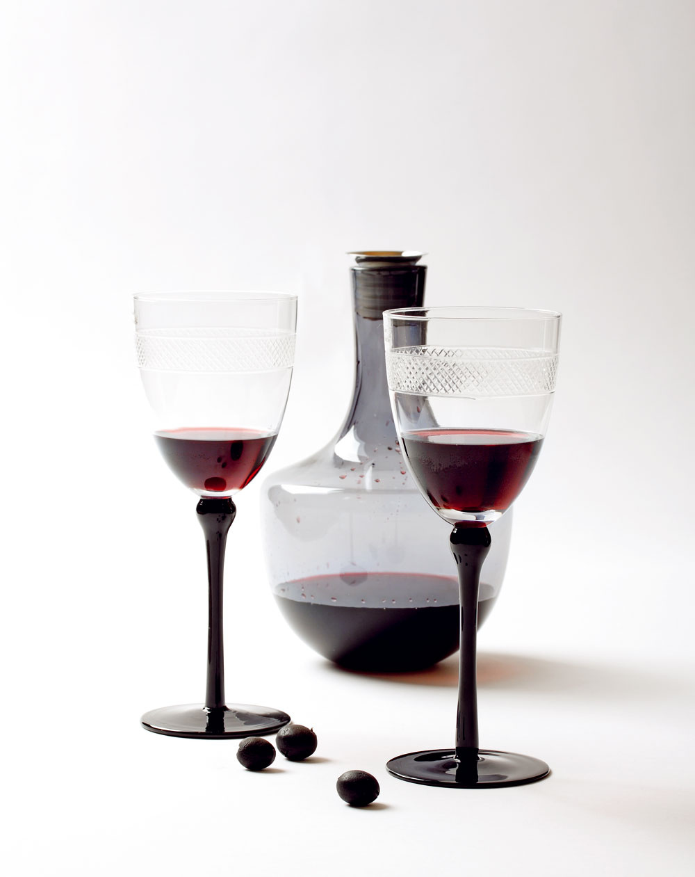 Karafa Hämta zo sivého skla, objem 1,8litra, cena 6,99 €. Predáva IKEA. Poháre na červené víno Idea Dekor od firmy Sia, výška 24 cm, cena 9,90 €. Predáva Design House.
