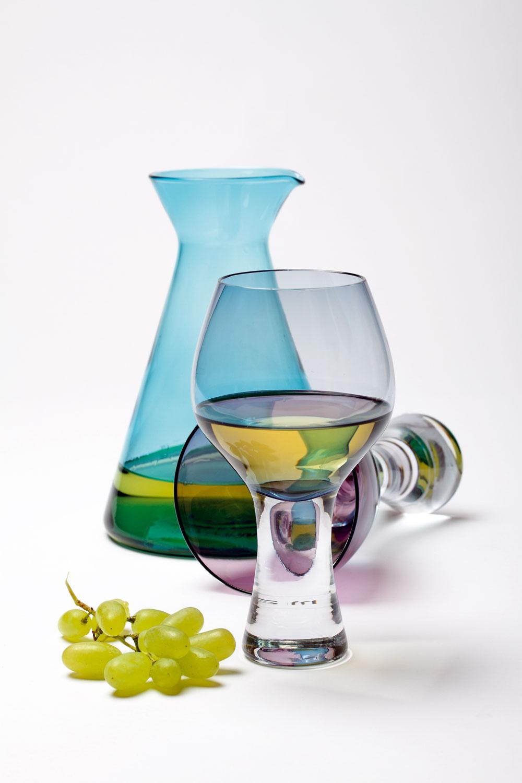 Karafa Leende ztyrkysového skla, objem 1,2litra, cena 4,49 €. Predáva IKEA. Modrý pohár Bodo na biele víno, objem 29 cl, cena 43,07 €/2 ks. Fialový pohár Elina na červené víno, objem 47 cl, cena 19,79 €, obidva od firmy LSA International. Predáva Design House.