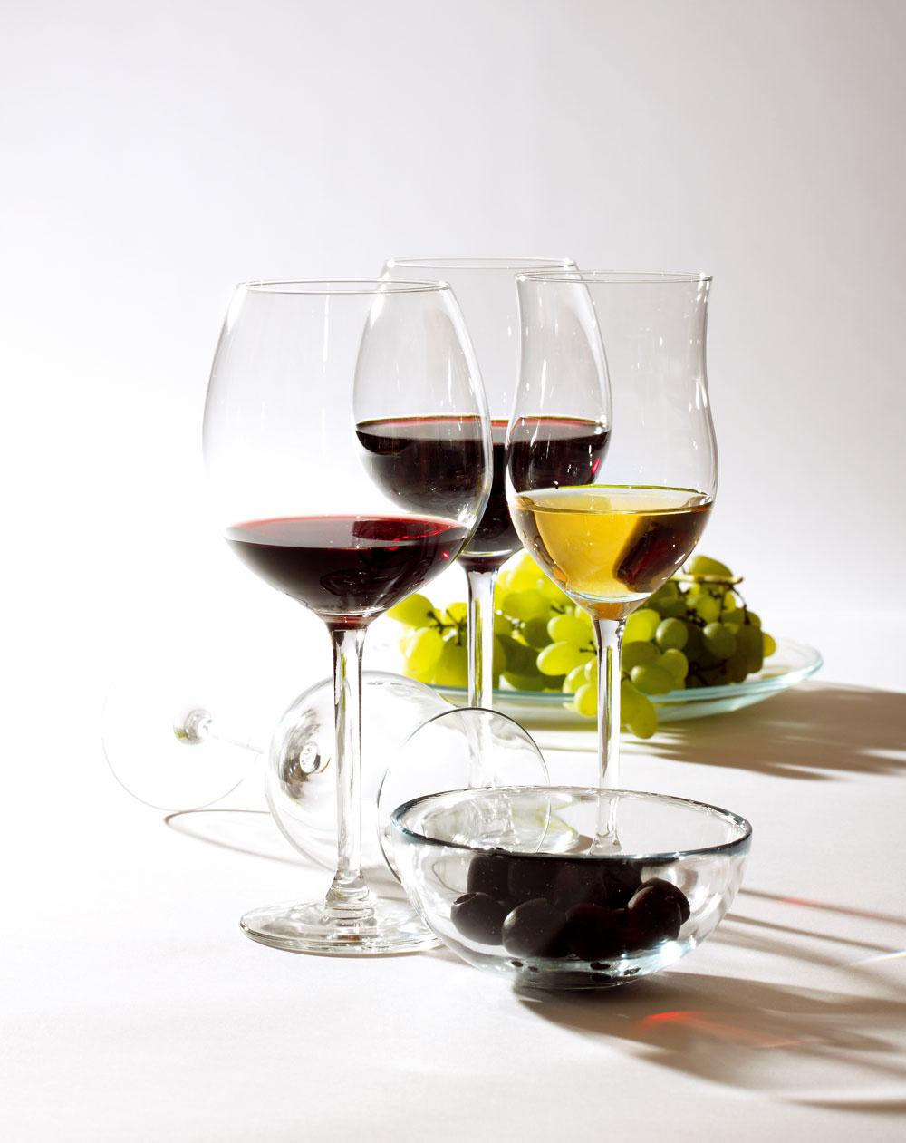 Poháre Hederlig, objem na biele víno 36cl, načervené 59cl, cena 0,99 €/ks. Miska Blanda, priemer 12cm, tanier Öpen, priemer 23 cm, cena 0,99 €/ks. Predáva IKEA.