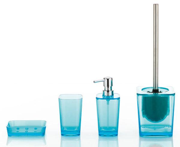 Pre milovníkov plastu afarieb – miska na mydlo 2,69 €, pohár 2,69 €, dávkovač na mydlo 5,33 €, WC kefa 12,5 €, Kela