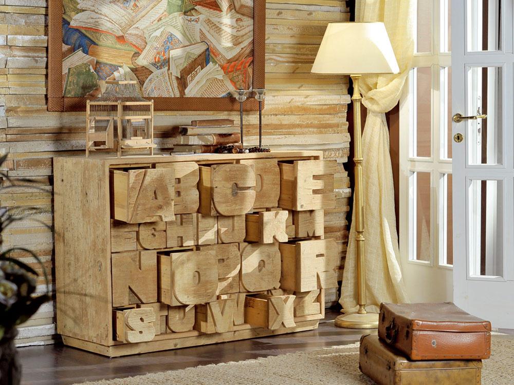 Komoda s26 zásuvkami smotívom písmen abecedy zdizajnovej línie Nature Design. Je vyrobená zprímorského brestového dreva zdemontáží, mól, vlnolamov, trupov starých lodi či prímorských chatrčí, sminimálnym zásahom drevoobrábacích strojov tak, aby sa včo najväčšej miere zachovala patina vytvorená prírodou. Rozmery: š 125 × h 46 × v89 cm. Cena 2 230,80 €. Predáva Ermar.