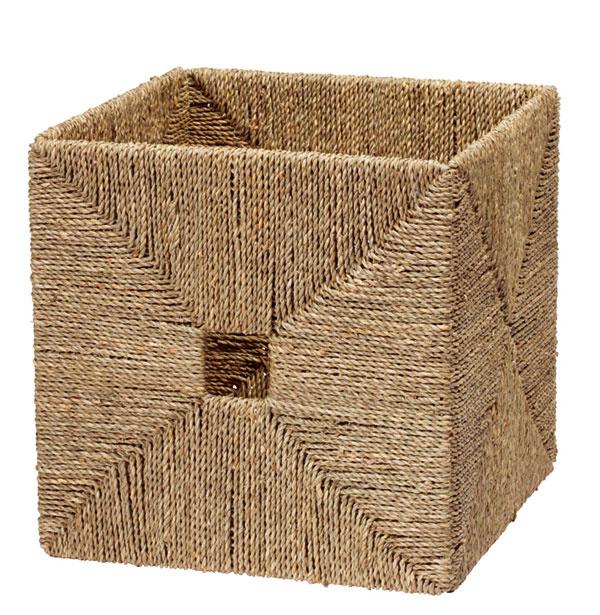 Kôš Knipsa ručne pletený zmorskej trávy, ošetrené akrylovým lakom, okraje vystužené oceľou. Rozmery: š32 × h 33 × v32 cm. Cena14,99€. Predáva IKEA.