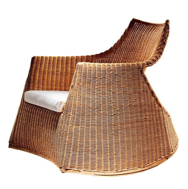 Hojdacie kreslo Hejka ručne pletené zlúpaného rotangu. Dizajn M. Arvonen/E. Johansson. Jemné knísanie uvedie vaše telo aj myseľ do stavu príjemného odpočinku. Ošetrené priehľadným akrylovým lakom, oceľový rám. Rozmery: š 80 × h 86 × v73 cm. Cena 99,90 €. Predáva IKEA.