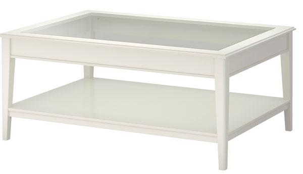 Konferenčný stolík Liatorp, dizajn Carina Bengs. Oddelená polica ušetrí miesto na stole. Materiál: drevovláknitá doska, masívny buk, akrylová farba, tvrdené sklo. Rozmery: d 118 × š78 × v50 cm. Cena 179 €. Predáva IKEA.