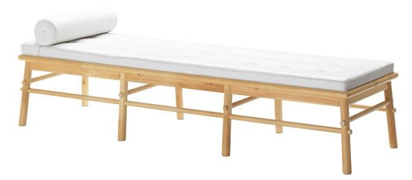 Lavica IKEA PS August zmasívnej borovice ošetrenej priehľadným akrylovým lakom. Vankúš na sedadlo zfarbenej hovädzej kože sreliéfovým apigmentovaným povrchom aspolyesterou výplňou. Dizajn Nike Karlsson. Rozmery: š 196 × h 59 × v47 cm. Cena 399 €. Predáva IKEA.