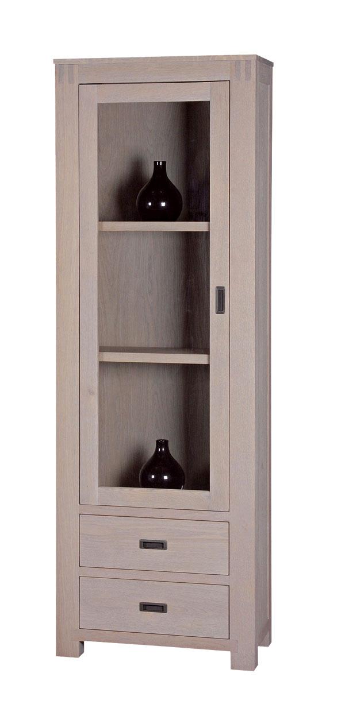 Vitrína Sapa 74311 zmasívneho duba, dve možné farebné vyhotovenia. Rozmery: š 65 × h 45 × v195 cm. Cena 863 €. Predáva Elmina, Light Park.
