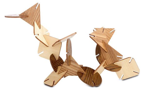 Drevená dekoratívna soška, skladačka z18 kusov, zabalená vdarčekovej taške. Cena 42 €. Predáva BoConcept, Atrium.