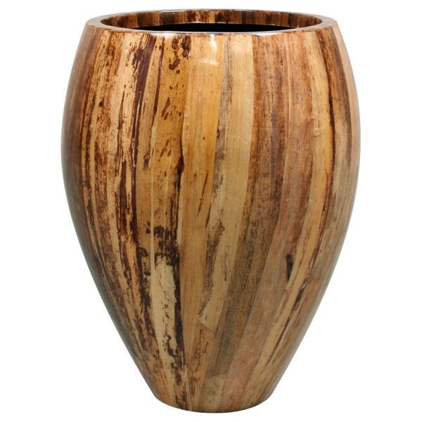 Váza Bannanaleaf od firmy Fleur Ami zlaminátu smotívom banánového listu alebo cibuľovej šupky. Rozmery: výška 60 cm, priemer 40cm. Cena od 309 €. Predáva Design House.