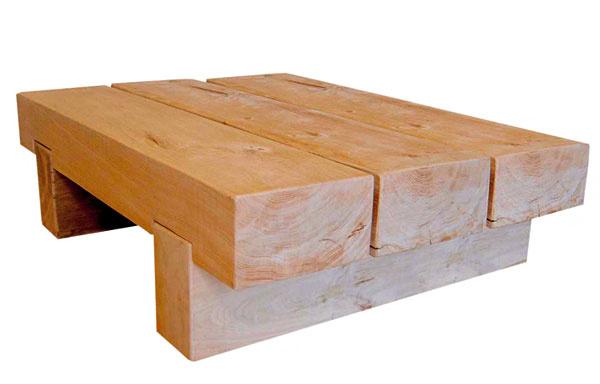 Trojhranolový konferenčný stolík vyrobený zcelomasívnych dubových hranolov ztakzvaného zeleného duba. Konečná úprava prírodným bezfarebným voskom. Desaťročná záruka. Rozmery: š 110 × h 50 × v32 cm. Cena 450 €. Predáva Drevo Shop.