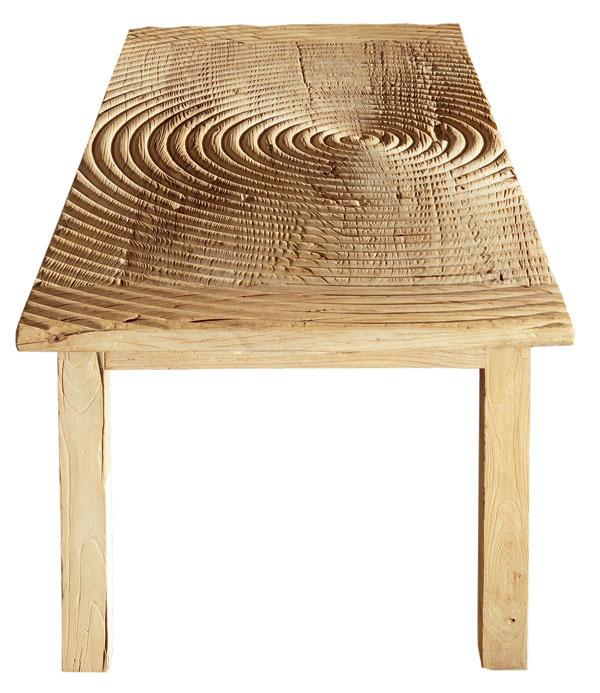 Stôl Zen zdizajnovej línie Nature Design vyrobený zprímorského brestového dreva sminimálnym zásahom drevoobrábacích strojov. Rozmery: d 200 × š 90 × v80 cm. Cena 2 134,80 €. Predáva Ermar.