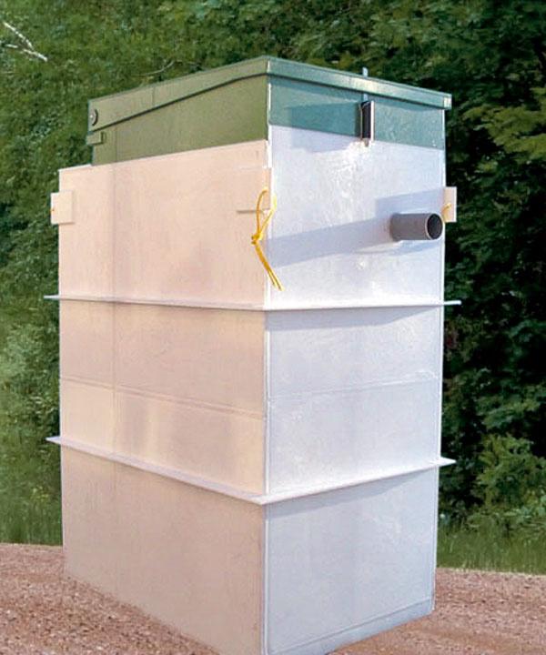 Biologická čistiareň odpadových vôd TOPAS so vstavaným pieskovým filtrom dokáže vyčistiť odpadovú vodu zdomácnosti až na 98 %. Kvalita vody na odtoku teda vyhovuje veľmi prísnym hygienickým aj vodohospodárskym požiadavkám. Má minimálne nároky na priestor, ale aj na elektrickú energiu. Vďaka tomu, že neobsahuje nijaké pohyblivé časti, je veľmi spoľahlivá. Inštalácia je jednoduchá, prevádzka nehlučná. Obsahuje samostatný kalojem saeróbnou stabilizáciou kalu avybavená je aj automatickou signalizáciou správnej funkcie. Toto všetko vás oslobodí od častého osobného kontaktu sňou.