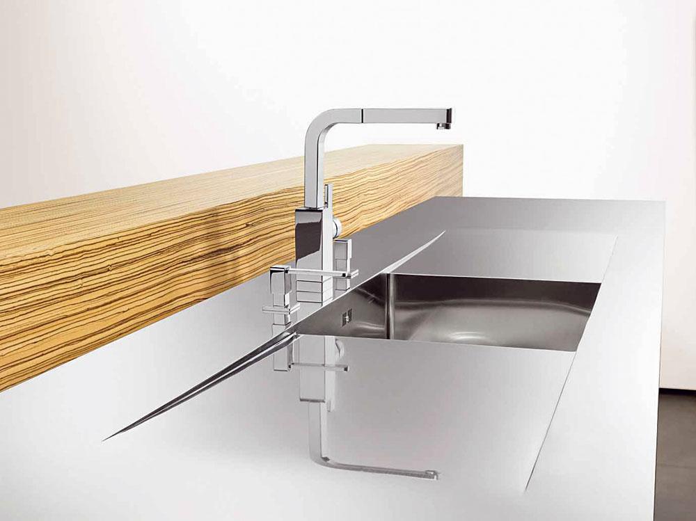 Drez svlievajúcim spojom odkladacej plochy azákladnej vaničky. Ručne vyrobené umývacie centrá aindividuálne pracovné plochy znehrdzavejúcej ocele umožňujú maximálnu voľnosť tvorby vkuchynskom prostredí.