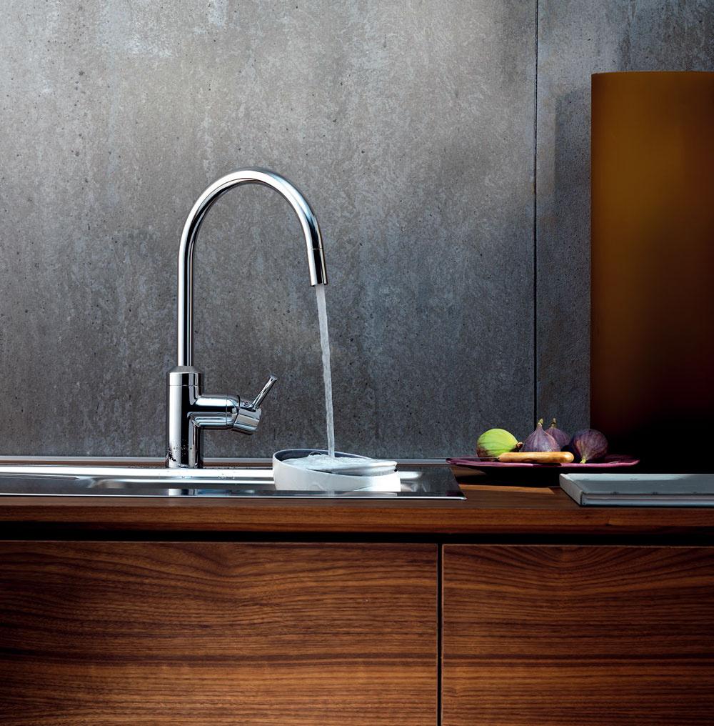 Novinka od firmy Kludi je kuchynská batéria E-GO vybavená senzorom, ktorý umožňuje bezdotykovú obsluhu. To je obzvlášť praktické pri špinavých rukách alebo ak doslova chýba tretia ruka, ktorou by sa dala pustiť voda do nádoby, alebo ak sa púšťa voda na krátke opláchnutie či očistenie zeleniny. Teplota vody sa dá sa nastaviť podľa potreby aovládacia páka je pripravená aj na manuálnu obsluhu. Čistenie batérie ide ľahko vďaka aktivovanému čistiacemu módu.