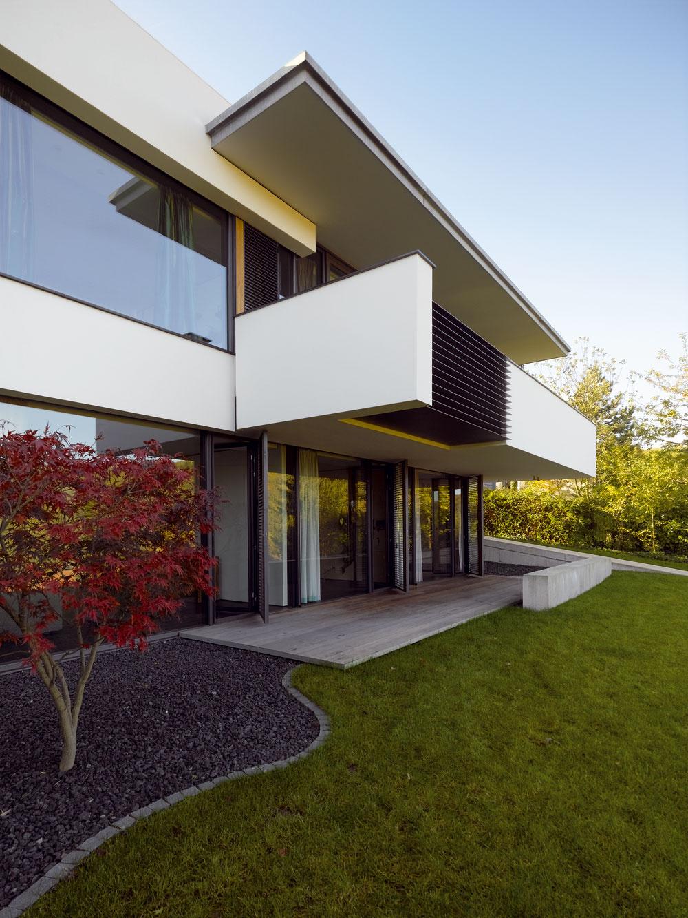 Vtipným detailom v podhľade balkóna je hliníková platňa. Vytvára paradoxnú ilúziu, že aj lamely bariéry sú z podobných platní. V kompozícii záhradnej fasády majú lamely viacero funkcií, predovšetkým odľahčujú masívny dojem z balkónového parapetu.