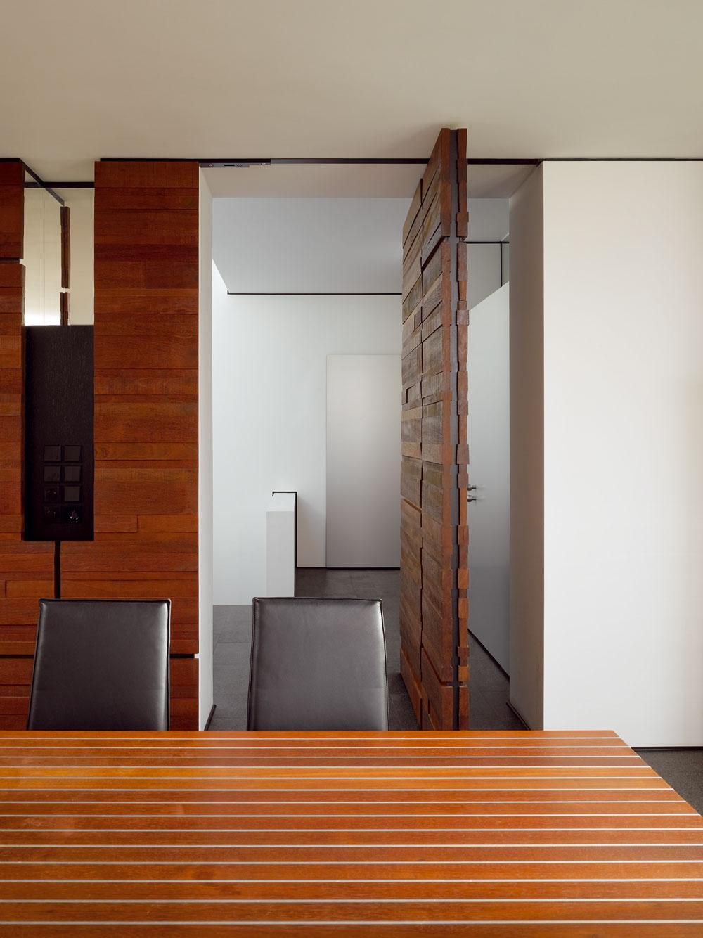 Vstupná hala by sa svojou tóninou mohla zdať až neosobná – nebyť otočných dverí, obložených nehobľovanými jatobovými doskami srozličnou šírkou. Ešte viac dominuje kolekcia ztohto tropického amerického dreva vobývacom priestore.