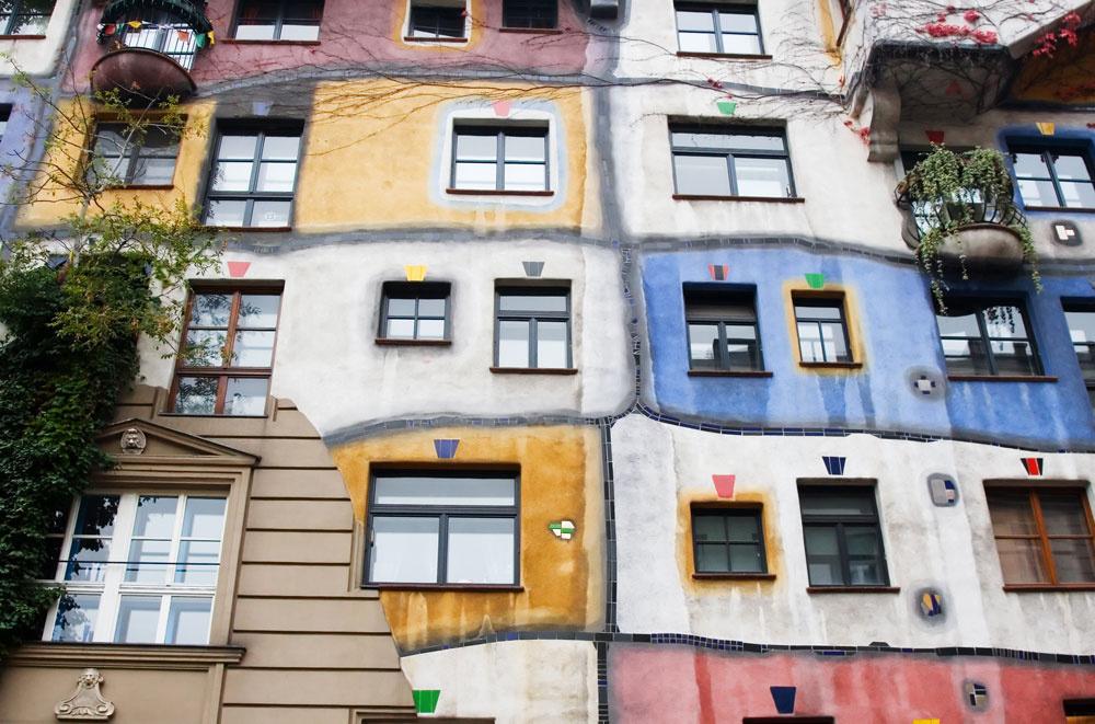 Sezónne bývanie rodiny cirkusantov. Žltá je farbou klaunov, v bielej prebývajú šelmy a v červenej artisti. Len jedna jediná časť sa líši svojou akou-takou historickou hodnotou. Cirkus-necirkus, každý dom musí mať predsa svojho správcu.