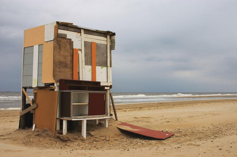 """Milovníci obdĺžnikov si splnili svoj tajný sen. Okrem exkluzívneho stavebného materiálu má ich príbytok aj exkluzívny interiér – bez vody, bez vzduchu, bez okien a skrinky verejne prístupné jej obdivovateľom. Hrdo si však môžu povedať: """"Áno, máme vlastný dom na pláži."""" (foto: thinkstock.com)"""