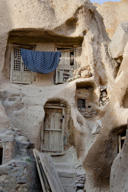 Domov vytesaný do skaly. Jaskynní ľudia zmodernizovali svoje príbytky. Namiesto jednej veľkej diery, vytvorili dier niekoľko, zasadili do nich dvere a natiahli šnúry na bielizeň. Už len zopár tisíc rokov a na jaskyne a skaly úplne zabudnú.