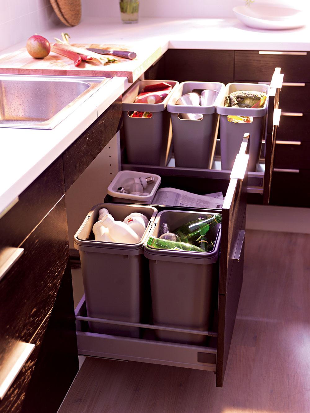 Papierovým škatuliam na separovanie papiera na zemi vrohu kuchynskej linky už odzvonilo. Dnes sa ráta spriestorom na rôzne sortery na dva až štyri druhy odpadu. Ďalšie komodity čakajú na nápady svojich dizajnérov.
