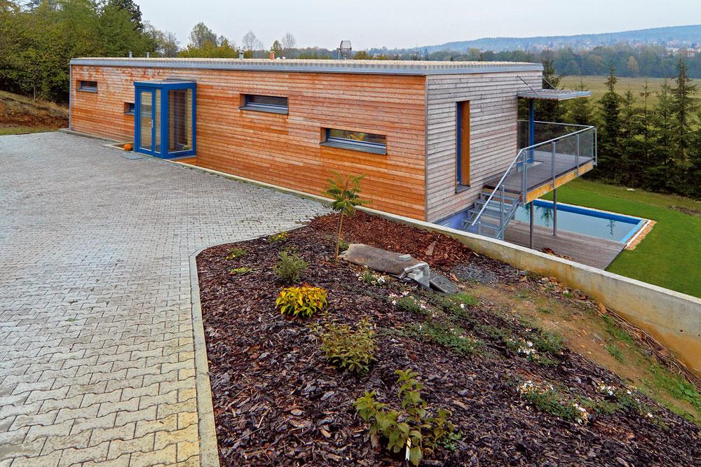Predsadený vstup, ktorý vytvára materiálový afarebný akcent fasády, je zaujímavým prvkom. Nám by sa páčila ešte moderná lavička vľavo pod oknami. (autor: Ing. Jozef Smola)