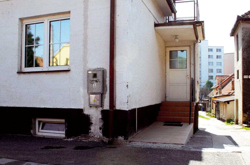 Na toto sa naozaj tešíte, keď prichádzate domov? Chápeme, že je to starší dom atakýto vchod už mal, ale niekedy stačí málo na to, aby aj zprílepku zvaného vstup vzniklo priedomie. Drobné architektonické prvky dokážu zázraky, no aby to dokázali, potrebujú taktovku odborníka.