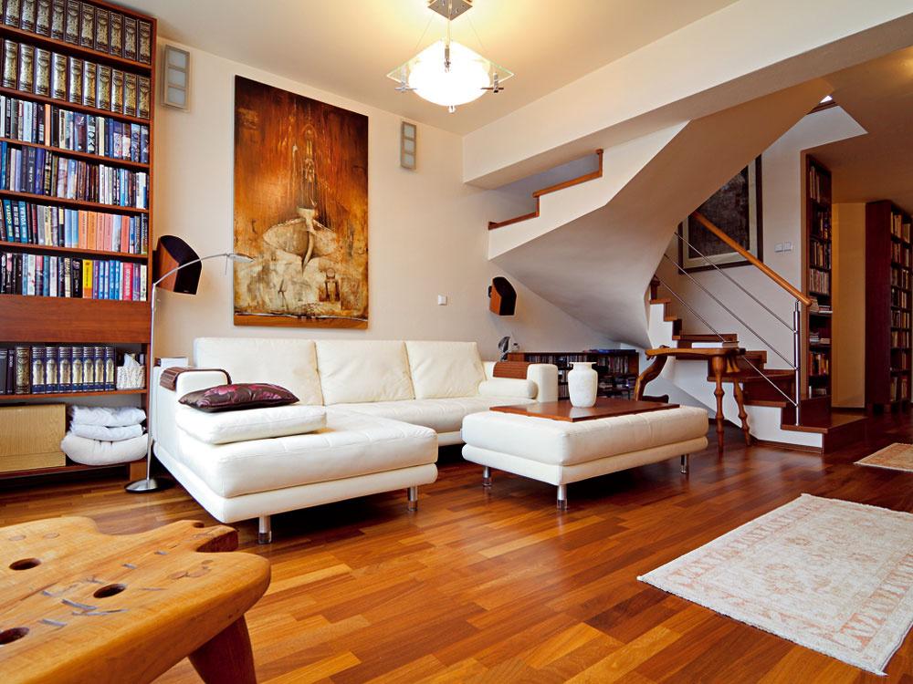 Mezonetový byt s nádychom minimalizmu zariadený dvoma umelcami