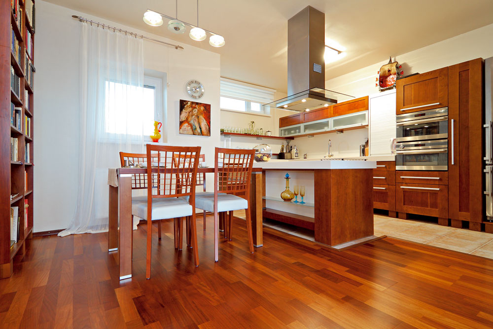 Materiál aodtieň kuchynskej linky je vsúzvuku sostatným zariadením. Vkombinácii smodernými spotrebičmi pôsobí nadčasovo. Povrch ivnútro kuchynskej linky sú dôkladne prepracované, za pekným dizajnom sa skrýva maximálna funkčnosť.