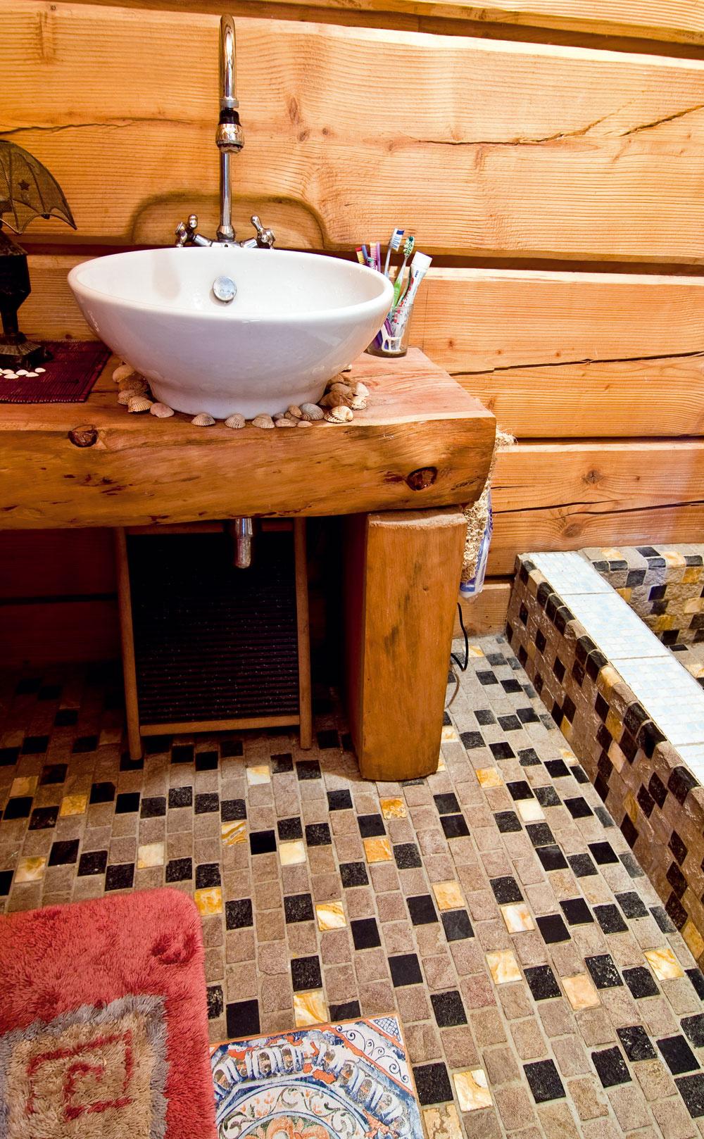 Masív šitý na mieru umývadlu, ktorému sa zachcelo živého materiálu. Drevené telo s keramickou hlavou vytvára protiklad, ktorý ľudí odnepamäti priťahuje. Matný a mäkký povrch dreva podtrhuje lesk a chladnú krásu keramiky. (foto: Daniel Veselský)