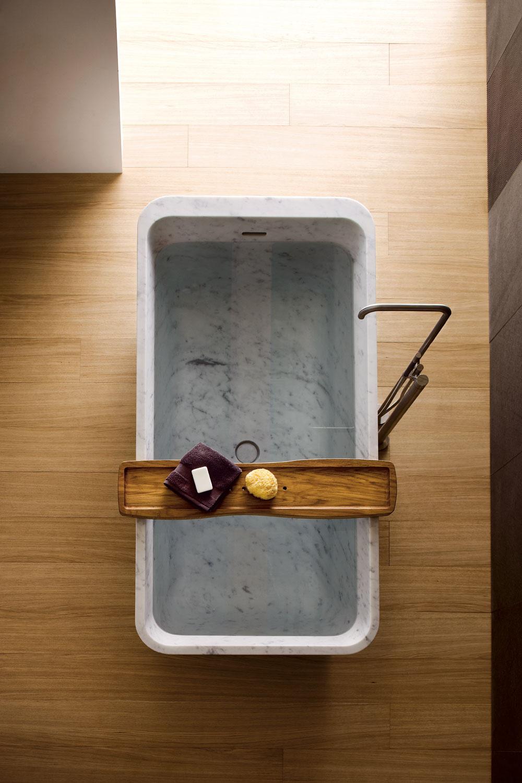 Ak sa vám zdá, že dreva je tu akosi priveľa, máme pre vás riešenie. Nemusíte zachádzať do celozadebnenej kúpeľne. Stačia menšie doplnky, ktoré majstrovsky zakamuflujú chlad súčasných tvarov, materiálov a farieb. (foto: Neutra)