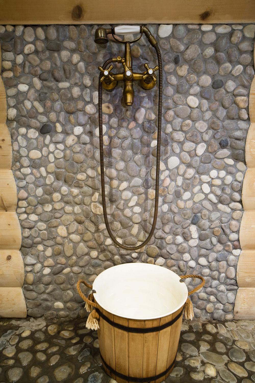 Odlišne, ale tradične. S jemným nádychom minulosti sa cesta dreva skončila v ľudskom vodnom svete. Jeho premenlivé kúpeľňové podoby píšu novú históriu bytovej mágie – dreveného čarovania. (foto: thinkstock.com)
