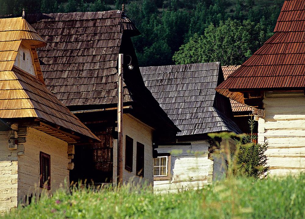 Aj pri stavbe súčasných energeticky úsporných budov môže byť užitočná inšpirácia ľudovou architektúrou – masívny hlinený dom zjužného Slovenska (hore) sfasádou tienenou presahom strechy je praktickým riešením pre oblasti sletnými horúčavami amiernymi zamračenými zimami, kompaktná forma ľahkých dreveníc mala zas opodstatnenie vhorských oblastiach. Drevená stavba sa vzime rýchlo vykúrila aletné prehrievanie tu iste nikomu nerobilo vrásky na čele.