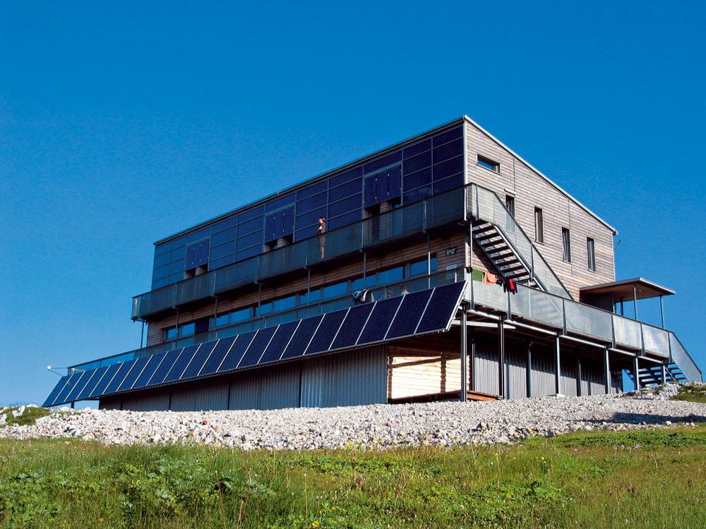 Známa horská chata Schiestlhaus vAlpách patrí medzi vydarené energeticky pasívne stavby vhorách. Veľké južné zasklenia vtakýchto podmienkach účinne znižujú potrebu tepla na vykurovanie anepríjemné letné prehrievanie tu nie je veľkým rizikom.