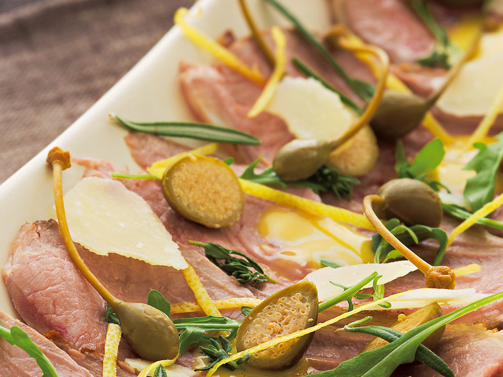 Vitello tonnato je klasické talianske jedlo. Vďaka kombinovanému pečeniu ostáva mäso šťavnaté aj bez polievania.