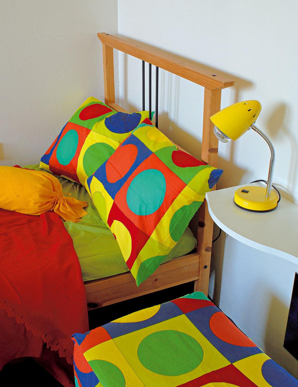 Zrovnakej látky ako závesy sú aj posteľné obliečky apodušky. Aušlo sa aj na návliečku na sedačku.