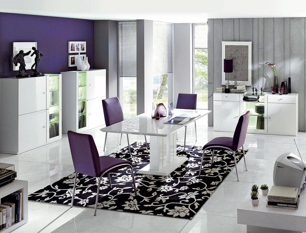 Stôl Monza II, rozmery 160 × 90cm, výška 75cm, vo vyhotovení vysokého lesku, cena 339€, stoličky Silvia II skovovou kostrou, výška sedadla 47cm, cena 129 €, predáva kika.