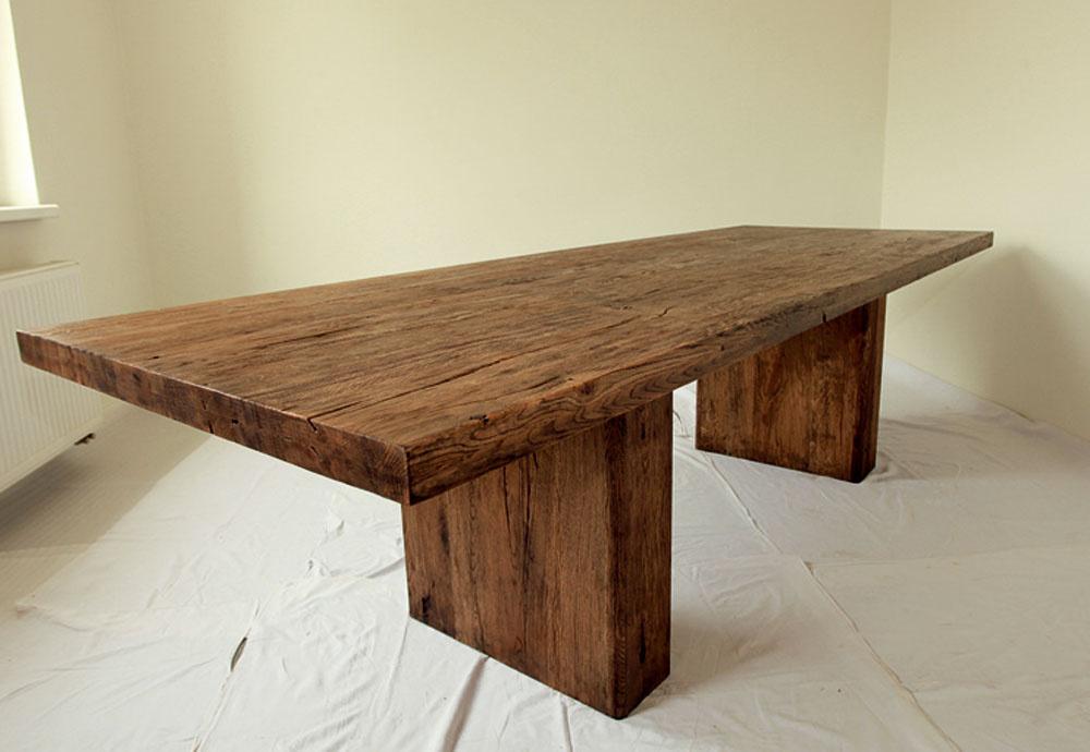 Stôl Ocelot, výzorom aj názvom ako zo stredoveku. Je zmasívneho dubového dreva, povrchovo upravený prifarbeným olejom. Konečná úprava môže byť aj morením a dokončená lakom.