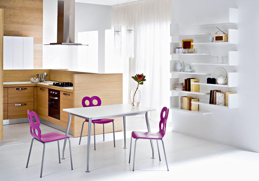Kuchynský stôl Lynea skovovými nohami adoskou stola lamino shranami ABS. Rozkladacia časť je schovaná pod doskou stola avysúva sa do strany, cena 248,90 €. Stolička Minnie skovovou podnožou zrúrkových profilov, lakovaná hliníkovým alebo bielym lakom. Sedacia časť je zvrstveného, ohýbaného dreva, lakovaného vrôznych farbách alebo moreného na wenge, cena 132,05 €, predáva www.italiastyle.sk.