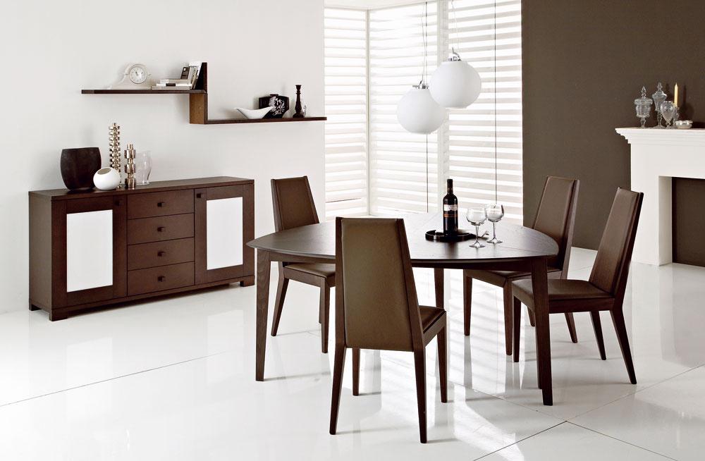 Moderný stôl Globe so zaujímavým dizajnom trojuholníkového tvaru. Je vyrobený zdubového dreva moreného na wenge alebo zorecha amerického, cena 940,50 €