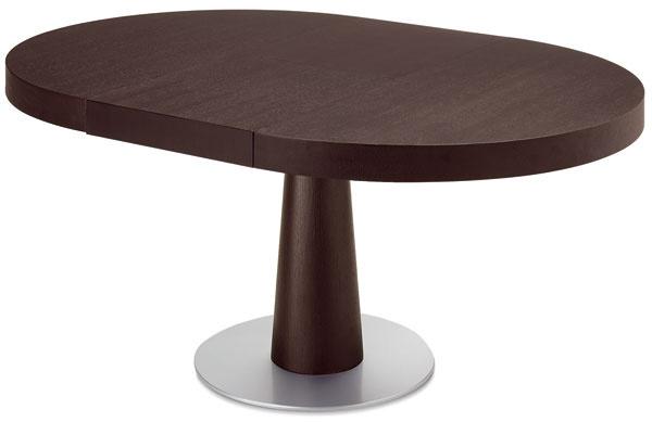 Moderný, rozkladací, kruhový, drevený stôl Ascot skovovým podstavcom. Doska stola apodnož sú zprírodnej dubovej dyhy morenej na wenge, cena 1424,05 €