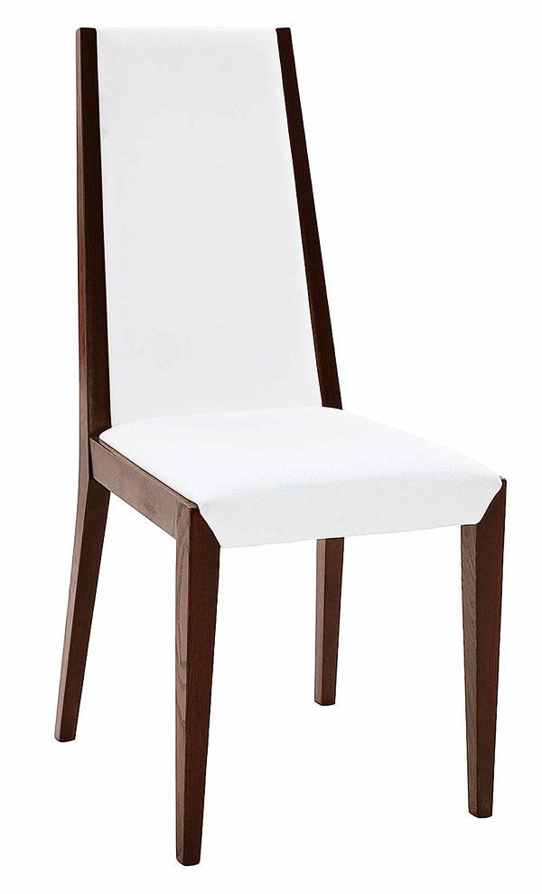 Nielen dizajn amateriál je dôležitý pri výbere stoličiek. Prvoradá je funkčnosť. Dobrá stolička by mala byť pohodlná astabilná, ale zároveň ľahká, aby sa sňou dobre manipulovalo pri sadaní ivstávaní od stola. Stolička Just spoťahom vekokoži, vyhotovenie dyhovaný orech, cena 139 €, predáva kika.