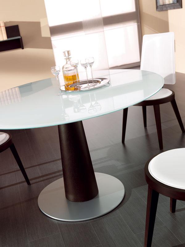Minimálny priemer kruhového jedálenského stola by mal byť 100 cm pre tri až štyri osoby, 120 cm pre šesť a150 cm pre osem osôb.Moderný, okrúhly stôl Ascot skovovým kruhovým podstavcom asklenenou doskou, smožnosťou výberu transparentného, čierneho či extra bieleho skla. Podnož je zdubovej dyhy morenej na wenge, cena 737,20 €, predáva www.italiastyle.sk.