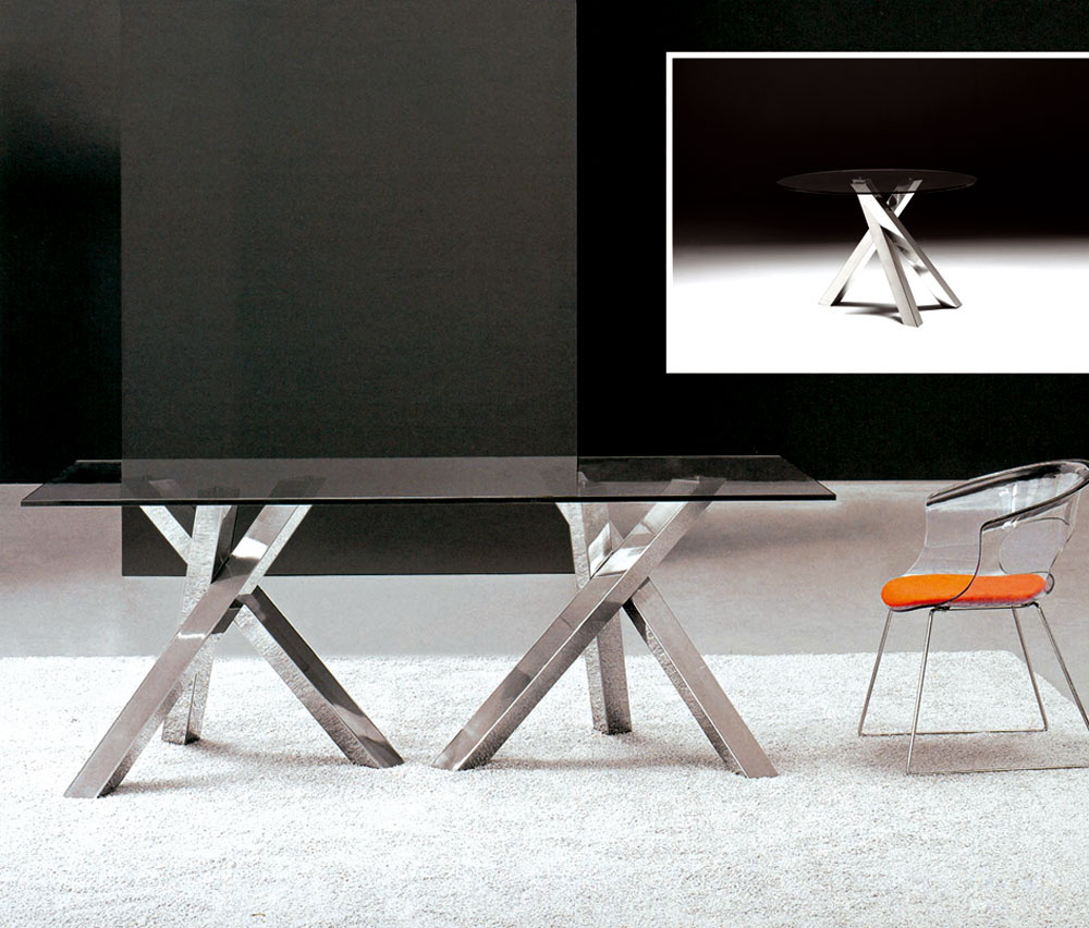 Najmenej priestoru potrebuje štvorcový stôl umiestnený diagonálne, najviac priestoru zaberie okrúhly stôl. Stôl Viviam od Tinto Muebles, ktorý urobí dojem kombináciou skla anehrdzavejúcej ocele. Je dostupný vodvoch vyhotoveniach – okrúhly (O 115 cm), cena 1 746 € alebo hranatý (200 × 90 × 75 cm), cena 2884,80 €, predáva Nova Interier Studio.