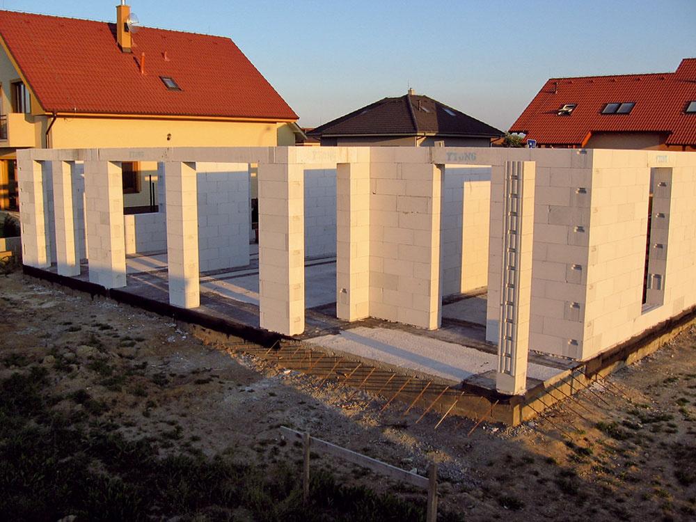 Nad materiálom na hrubú stavbu majiteľ vôbec nemusel uvažovať. Ytong používa vo svojej projektantskej praxi vo firme ARD Projekt už roky apovažuje ho za ideálny na stavbu rodinného domu. Okrem dobrých stavebnotechnických vlastností oceňuje aj komplexnosť celého systému, jednoduché spracovanie na stavbe atiež to, že pri zariaďovaní interiéru nevznikajú problémy svešaním obrazov, ťažších kusov nábytku alebo so stavebnými úpravami pre najrôznejšie inštalácie.  (foto: ARD Projekt)