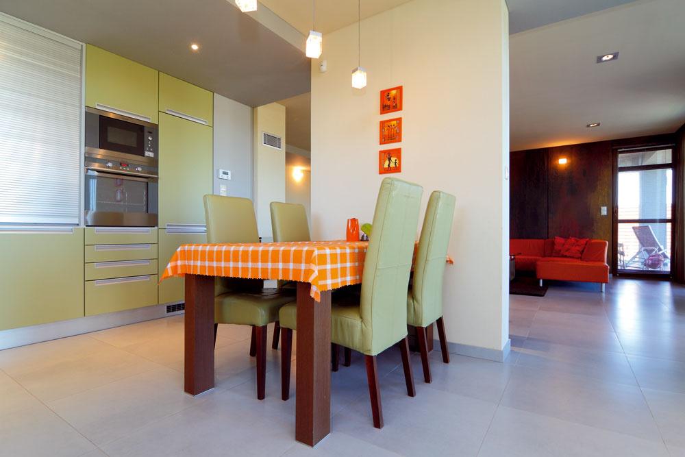 Priestor na spoločné stolovanie je priamou súčasťou kuchyne. Od obývačky ho opticky oddeľuje len kúsok priečky. Veľmi pekne pôsobí sedenie farebne dokonale zladené skuchynskou linkou.