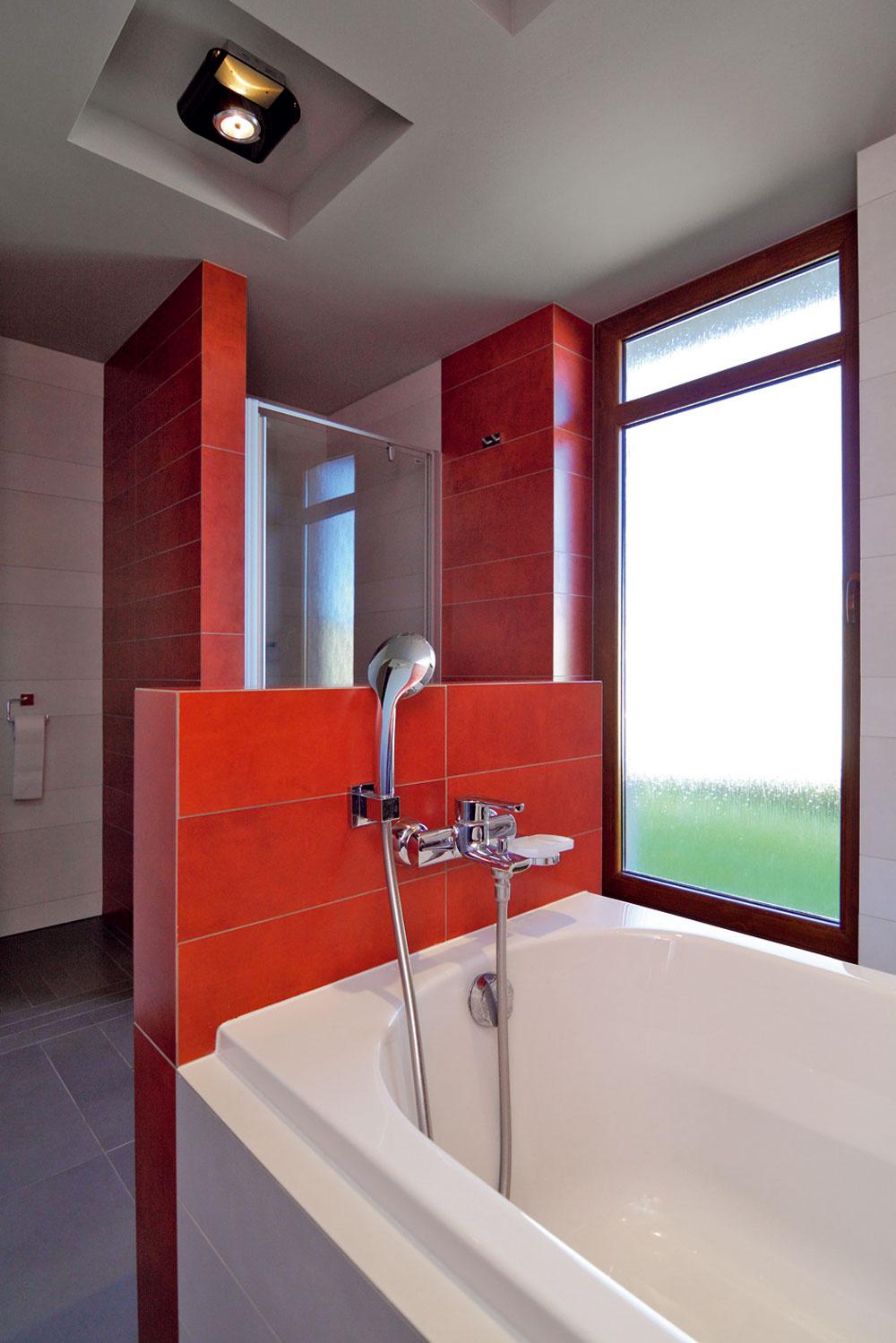 Netradične umiestnená vaňa vstrede kúpeľne umožňuje urobiť zdetského kúpania spoločenskú akciu. Pani domácej neprekáža ani potopa, ktorá pri tom vzniká. Podlahy sú predsa vybavené hydroizoláciou, takže nič nehrozí.